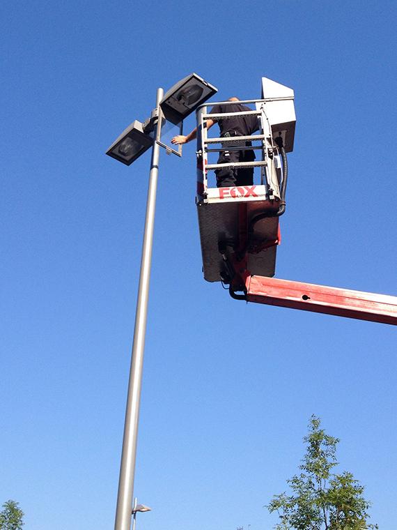 Bild:Austausch von Leuchtmitteln mit Hubarbeitsbühne